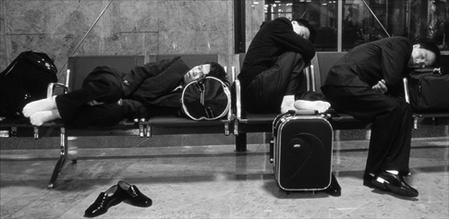 dormind în aeroport